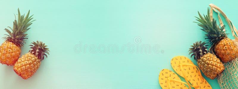 Objetos maduros do estilo de vida marinha do abacaxi e da praia sobre o fundo de madeira azul da hortel? pastel Conceito tropical imagens de stock
