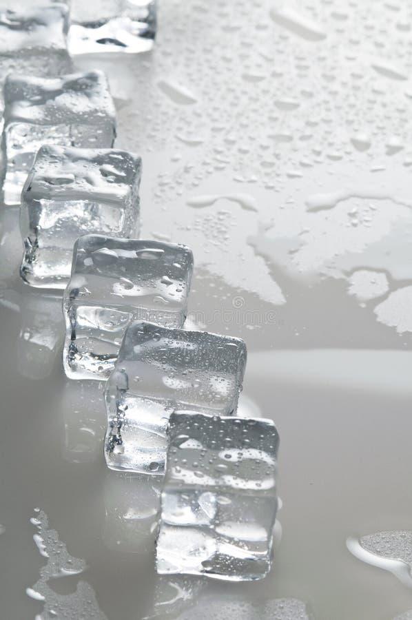 Objetos molhados dos cubos de gelo imagem de stock