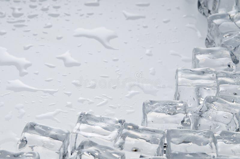 Objetos molhados dos cubos de gelo imagens de stock