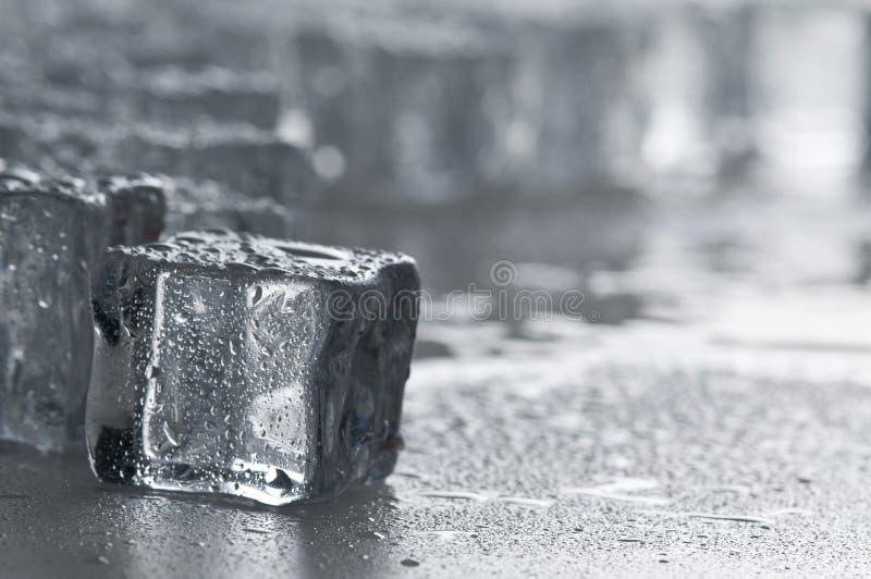 Objetos molhados dos cubos de gelo fotografia de stock