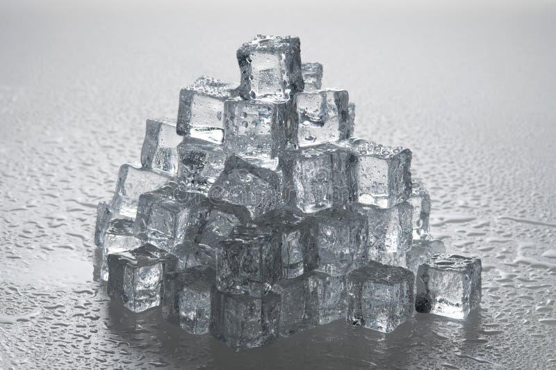 Objetos molhados dos cubos de gelo foto de stock royalty free