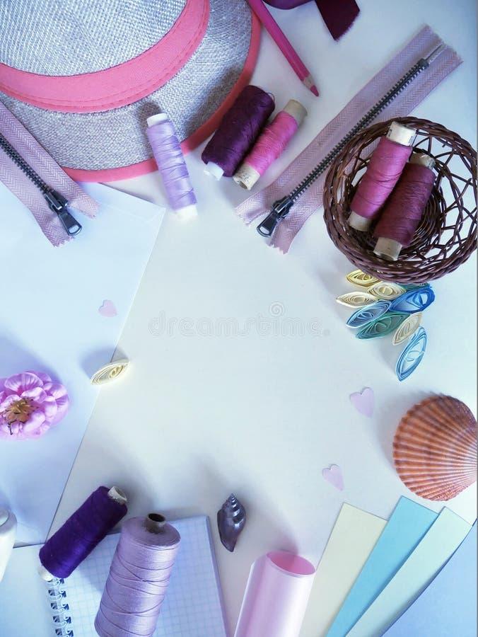 Objetos na cor pastel para a faculdade criadora e no bordado para o feriado fotos de stock royalty free