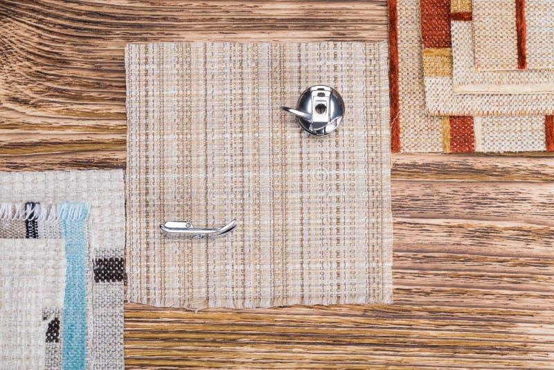 Objetos para costurar e faculdade criadora em um fundo de madeira fotografia de stock