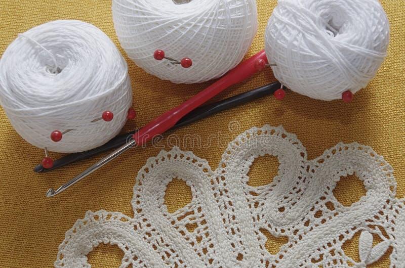 Objetos para costurar Tesouras e pinos Linha dos Hanks na esteira pinos fotografia de stock