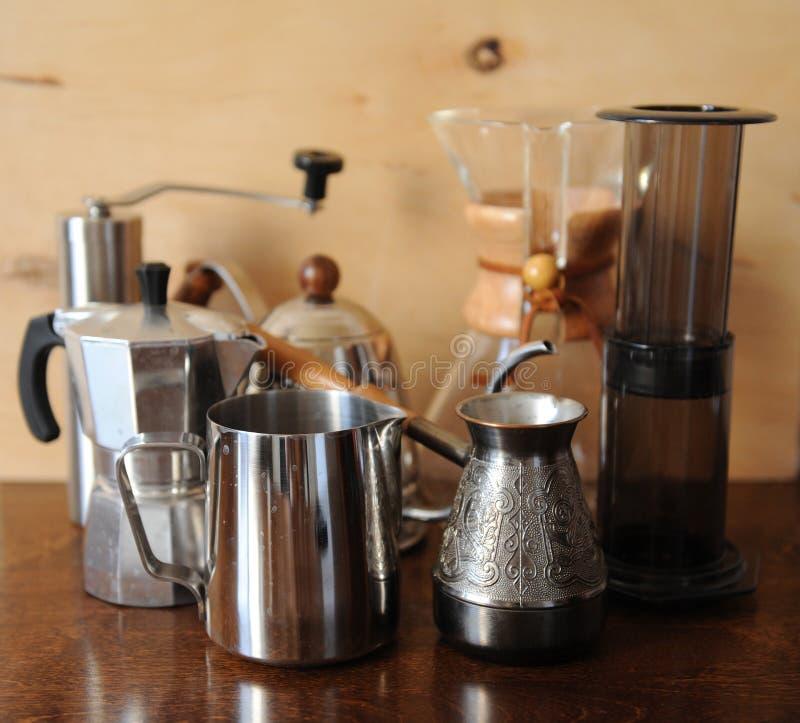 Objetos para el café alternativo que prepara en un fondo de madera imagen de archivo libre de regalías