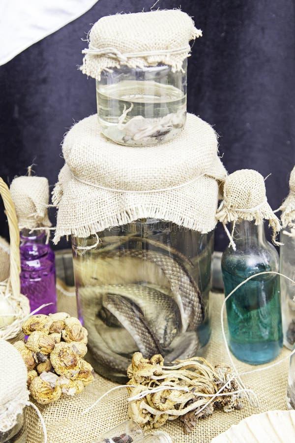Objetos para los encantos y la brujería fotos de archivo