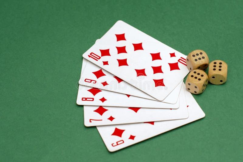 Objetos para o pôquer de jogo em cartões do casino e dados de jogo, dados fotos de stock