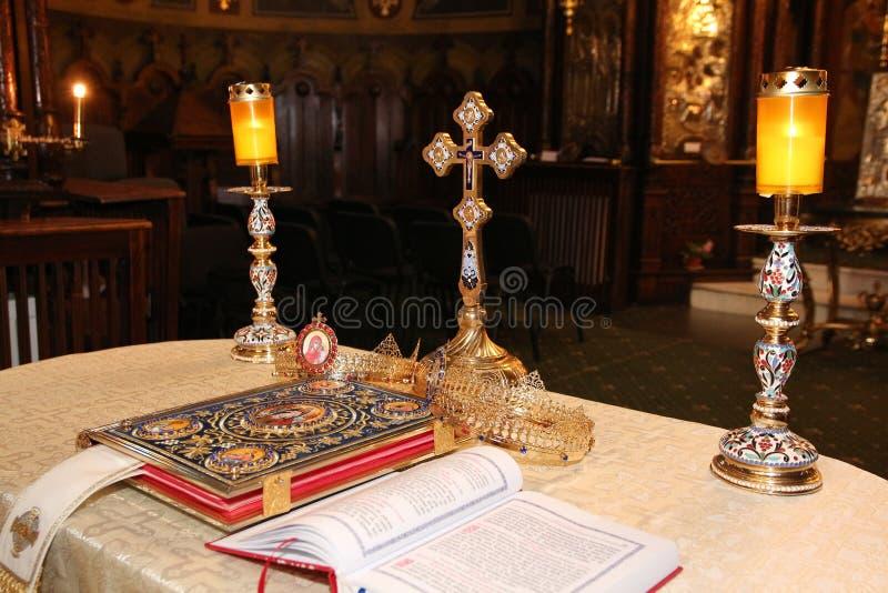 Objetos religiosos para la ceremonia de boda imagenes de archivo