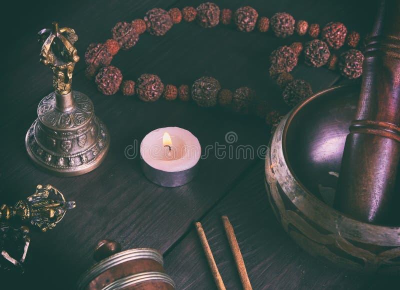 Objetos religiosos tibetanos para la meditación y la medicina alternativa imágenes de archivo libres de regalías