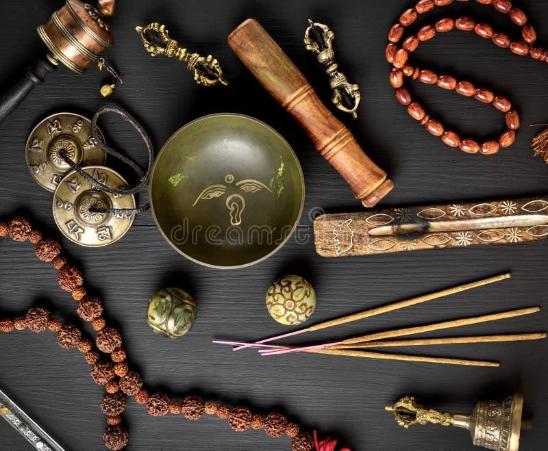Objetos religiosos tibetanos para a meditação fotos de stock royalty free
