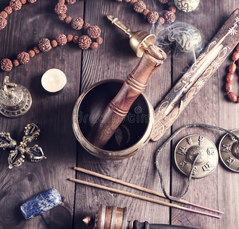 Objetos religiosos tibetanos para a meditação e a medicina alternativa imagem de stock royalty free