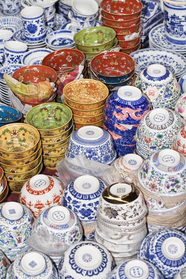 Objets antiques de porcelaine montrés au marché de Panjiayuna, Pékin, Chine images stock