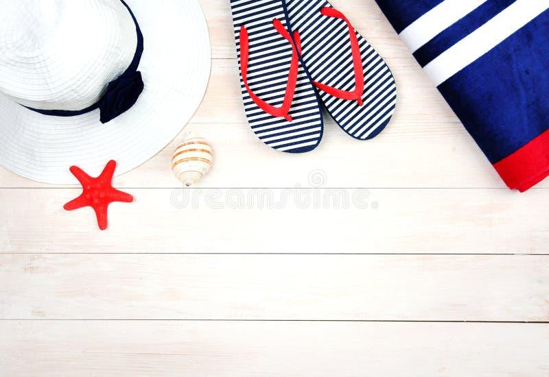 Objets d'?t? sur le fond en bois Articles de plage photographie stock