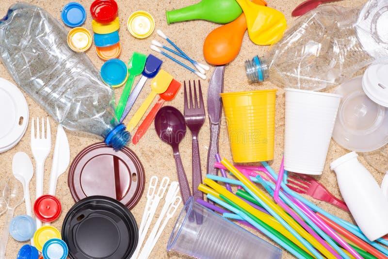 Objets en plastique à usage unique jetables qui causent la pollution de l'environnement, particulièrement océans images stock
