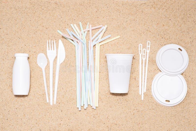 Objets en plastique à usage unique jetables qui causent la pollution de l'environnement, particulièrement océans photo libre de droits