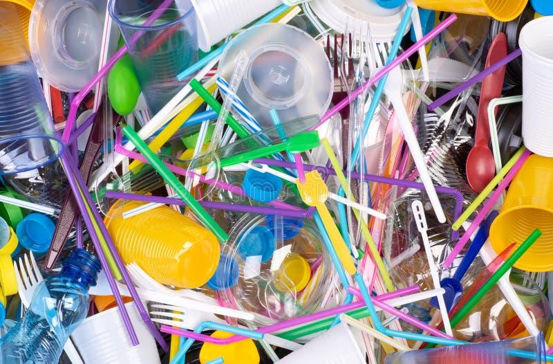 Objets en plastique à usage unique jetables qui causent la pollution de l'environnement, particulièrement océans image stock