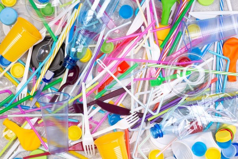 Objets en plastique à usage unique jetables qui causent la pollution de l'environnement, particulièrement océans image libre de droits
