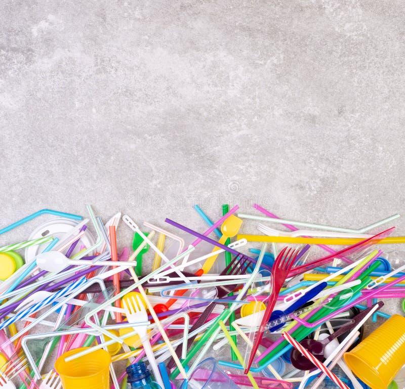 Objets en plastique à usage unique jetables qui causent la pollution de l'environnement, particulièrement océans photographie stock