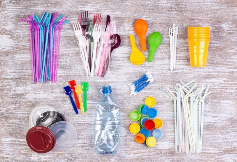 Objets en plastique à usage unique jetables qui causent la pollution de l'environnement, particulièrement océans photos stock
