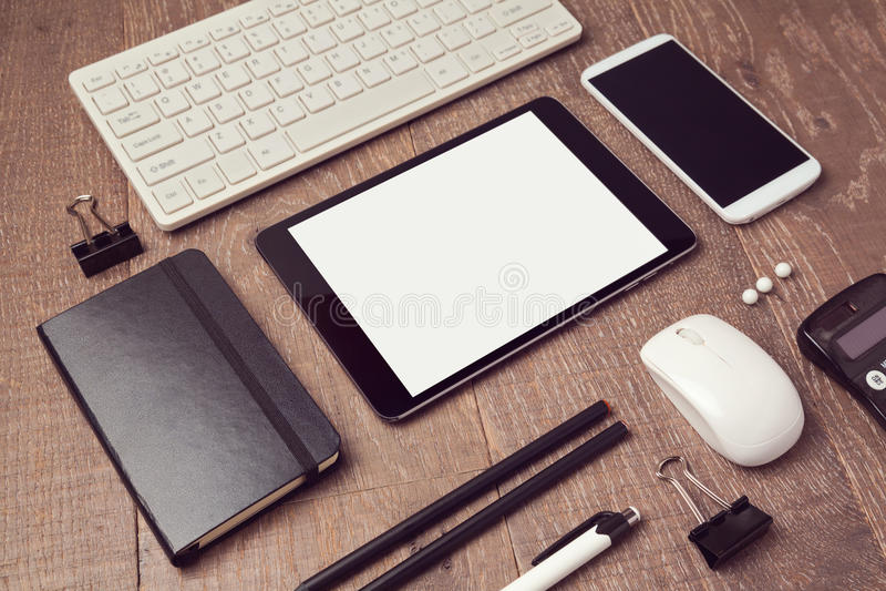 Objets organisés de bureau sur la table Moquerie de comprimé de Digital  images libres de droits