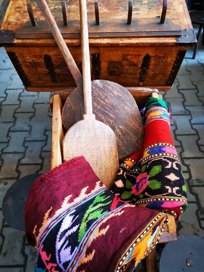 Objets traditionnels de la maison roumaine rurale photo libre de droits