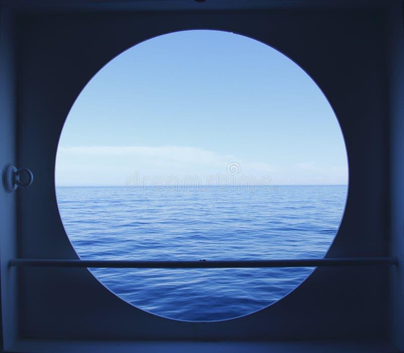 Oblò con la vista di oceano fotografia stock
