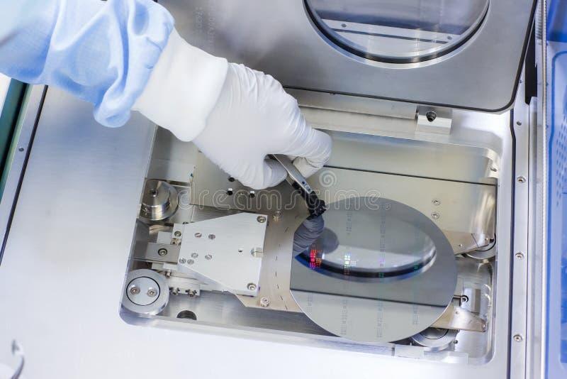 Oblate, die innerhalb eines Cleanroom behandelt stockbilder