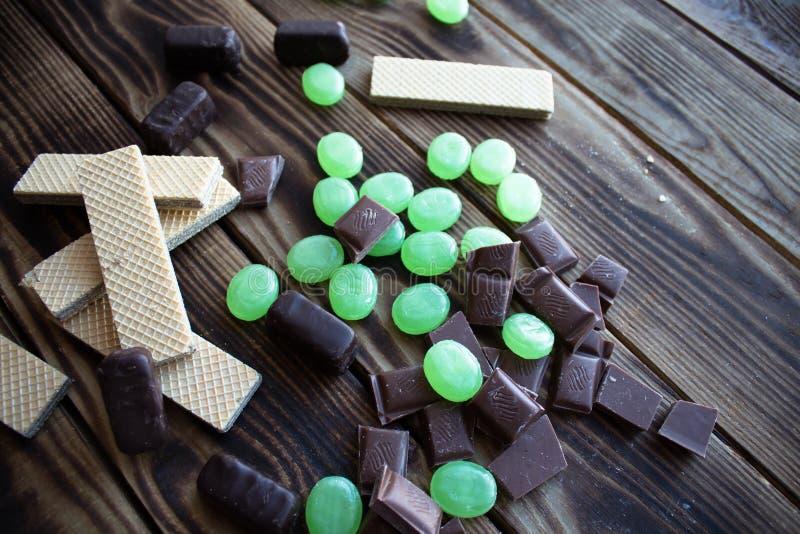 Oblea y cinta métrica del caramelo de chocolate fotos de archivo
