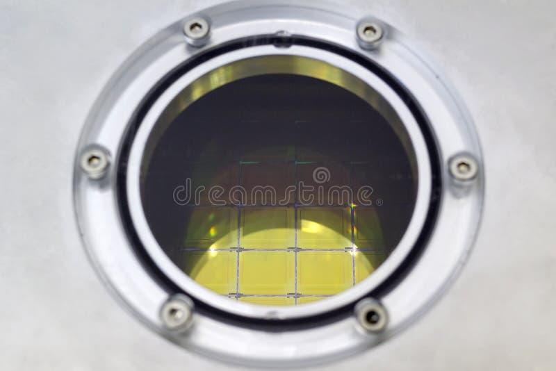 Obleas de silicio con los microchipes dentro de la caja de almacenamiento, cierre encima de - una oblea es una parte fina del mat foto de archivo