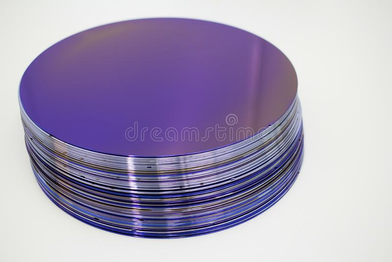 Obleas de silicio del color p?rpura en existencia imágenes de archivo libres de regalías
