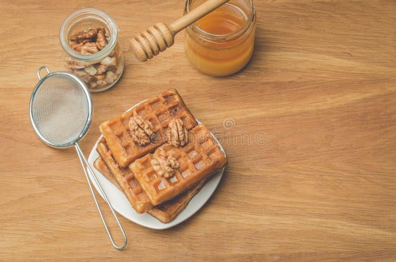 obleas Pasteles hechos en casa Obleas con la miel y la nuez con un tamiz en un fondo de madera Espacio de la visi?n superior y de imágenes de archivo libres de regalías