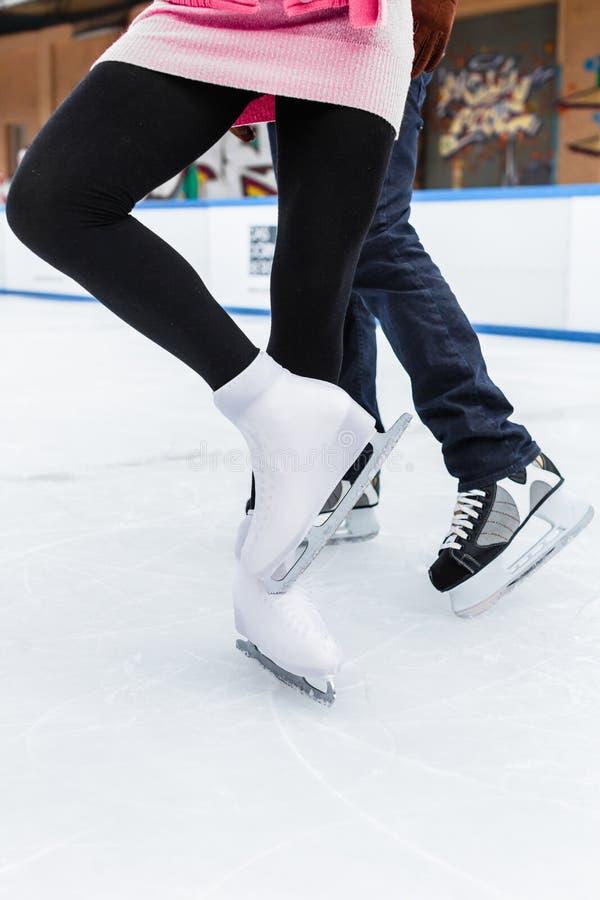 Oblicza lodowej łyżwiarki ` s nogę podczas gdy tanczący zdjęcia royalty free