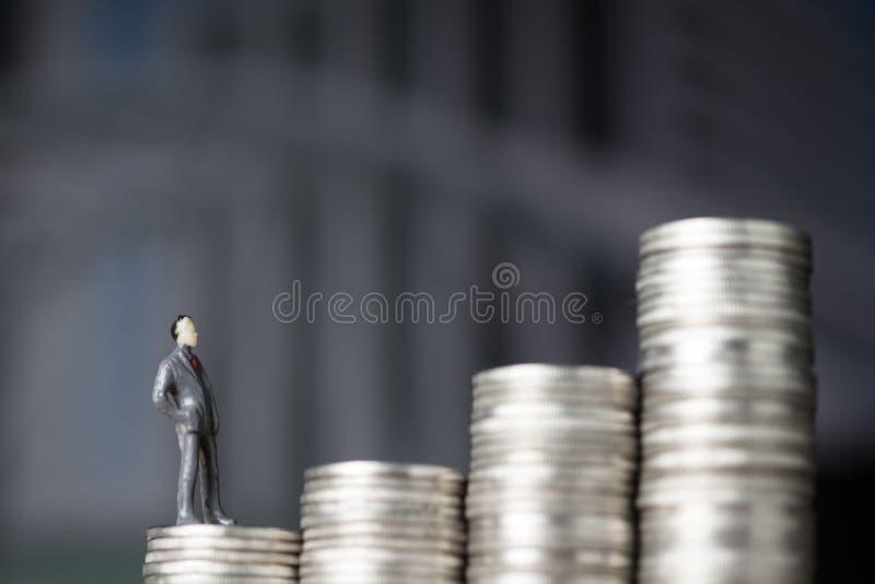 Oblicza miniaturowego biznesmena mali ludzie stoi na pierwszy s zdjęcia royalty free