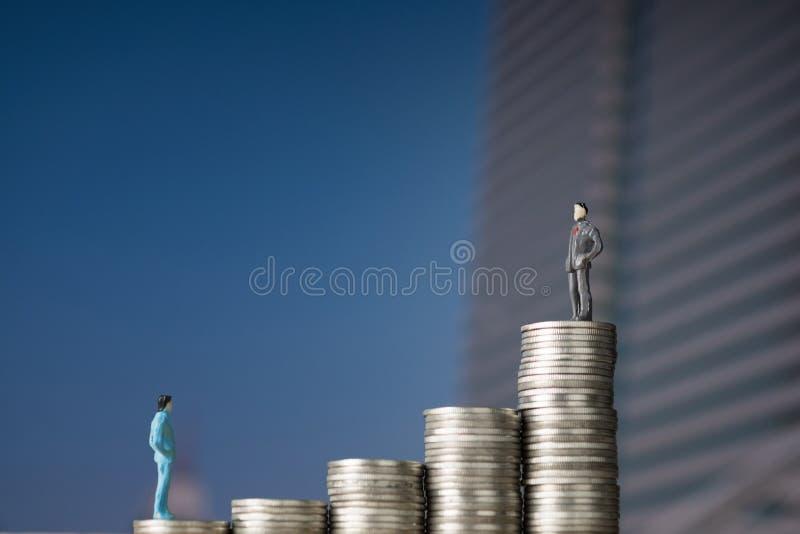 Oblicza miniaturowego biznesmena mali ludzie stoi na pierwszy s fotografia stock