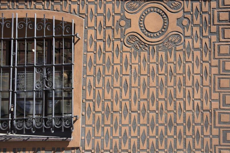 Obliczająca tynk tekstura, bary w kwadratowym okno i żelaza drzwi, fotografia royalty free