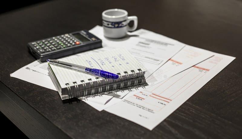Obliczenie rachunek za usługę komunalną obrazy stock