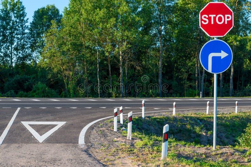 Obligatoriskt stopptecken på en landsväg arkivfoto