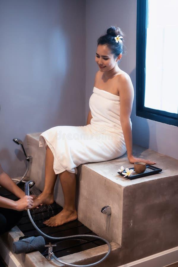 Obmycie kobiety cieki, Tajlandzki masaż obraz royalty free