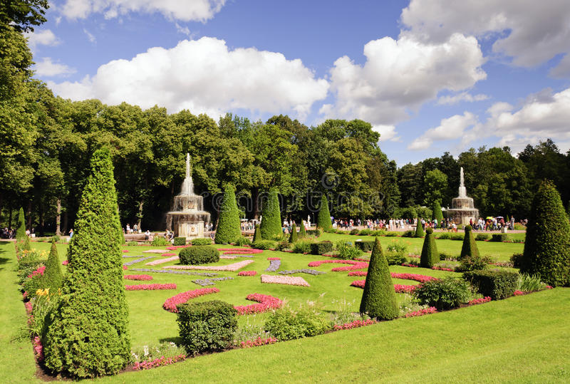 Obniża parka w Peterhof zdjęcie royalty free