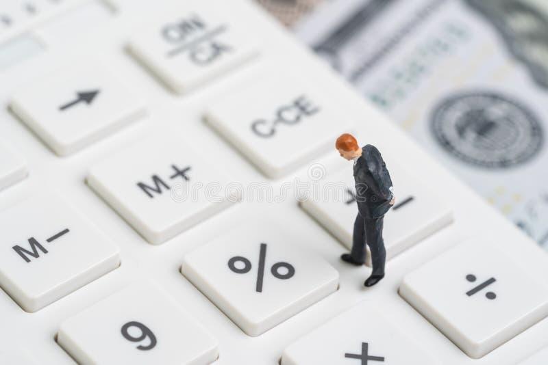 Obniżka stopy procentowej odsetek NAKARMOINEGO, Federal Reserve pojęciem, miniaturowi ludzie biznesmena główkowania i patrzeć pro obraz stock