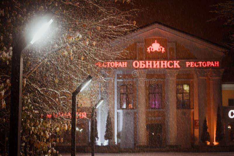 OBNINSK, ΡΩΣΙΑ - ΤΟΝ ΟΚΤΏΒΡΙΟ ΤΟΥ 2018: Χιονοθύελλα χιονιού στο υπόβαθρο των φαναριών φωτισμού οδών στοκ φωτογραφίες με δικαίωμα ελεύθερης χρήσης