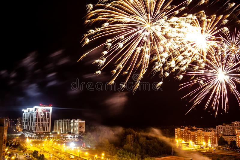 Obninsk, Россия - июль 2018: Фейерверк над городом стоковая фотография