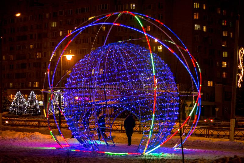 OBNINSK, RÚSSIA - EM DEZEMBRO DE 2018: Objeto da arte da rua sob a forma de uma bola de incandescência em uma rua da cidade fotografia de stock royalty free