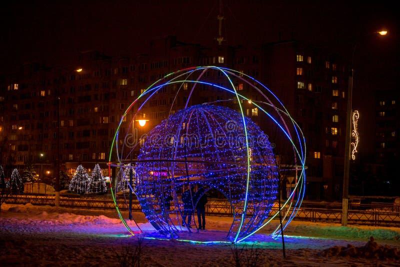 OBNINSK, RÚSSIA - EM DEZEMBRO DE 2018: Objeto da arte da rua sob a forma de uma bola de incandescência em uma rua da cidade fotos de stock