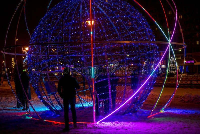 OBNINSK, RÚSSIA - EM DEZEMBRO DE 2018: Objeto da arte da rua sob a forma de uma bola de incandescência em uma rua da cidade foto de stock royalty free
