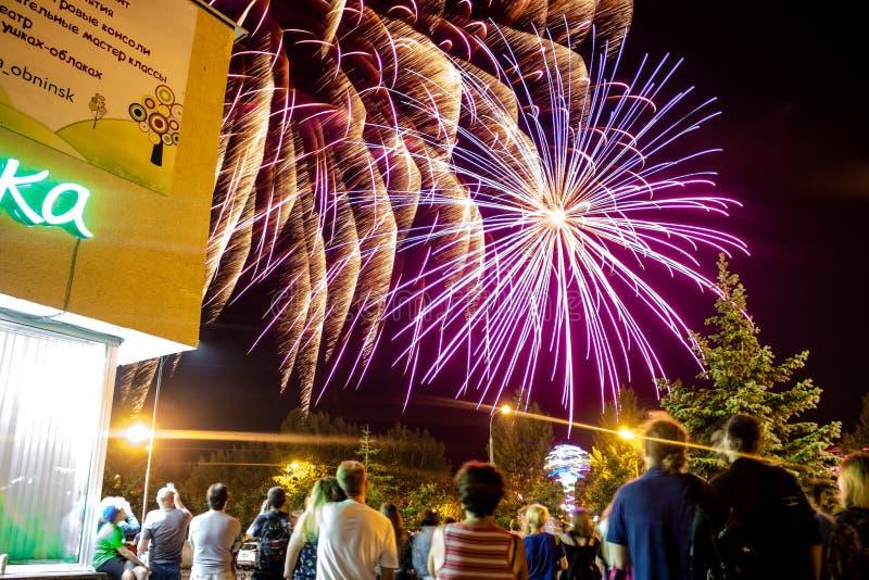 Obninsk, Rússia - em julho de 2018: Uma multidão de povos que olham uma saudação festiva foto de stock
