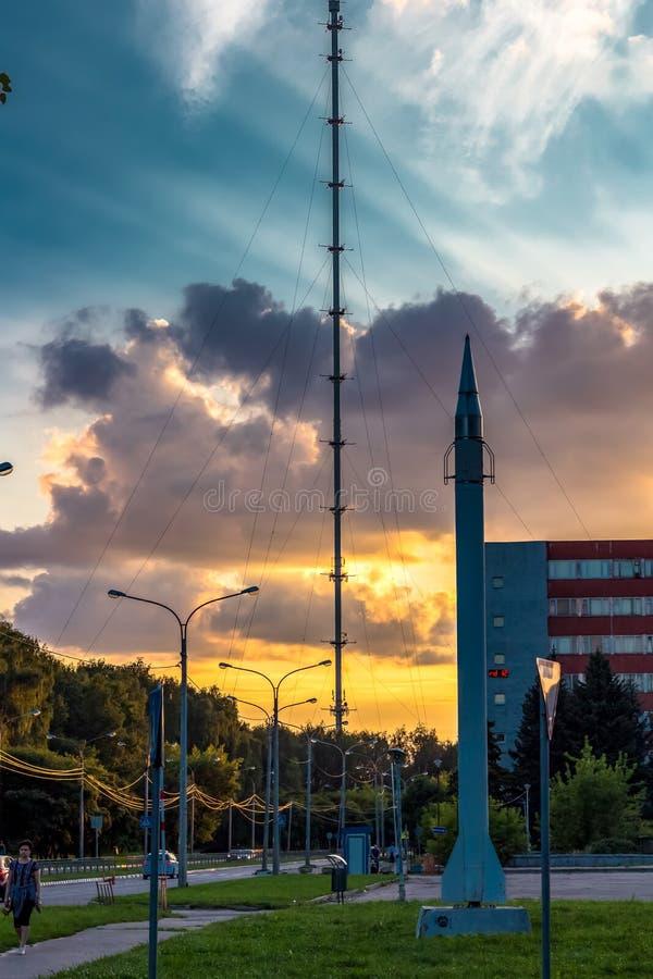 Obninsk, Rússia - em março de 2016: Por do sol na cidade de Obninsk no quadrado de Fedorov fotografia de stock royalty free