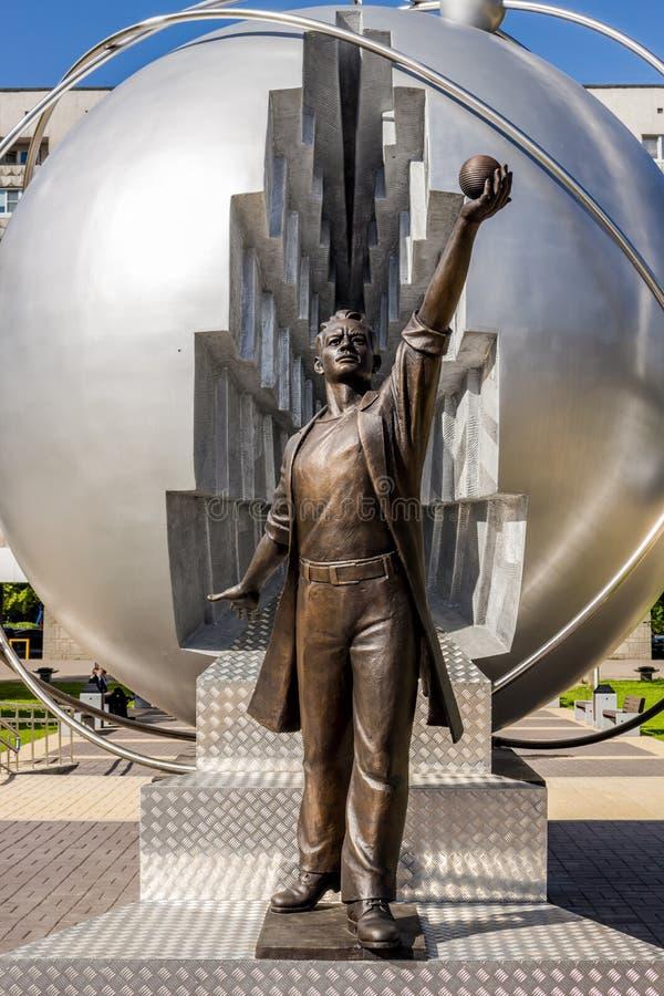Obninsk, Rússia - em setembro de 2016: Monumento aos pioneiros da energia nuclear fotos de stock royalty free