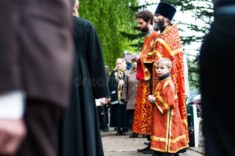 OBNINSK, RUSIA - 9 DE MAYO DE 2012: Sacerdotes en el día de la victoria foto de archivo