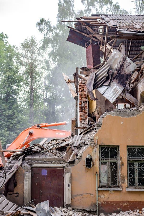 Obninsk, Rusia - julio de 2018: Demolición con un excavador de un edificio de ladrillo viejo en Obninsk imagen de archivo